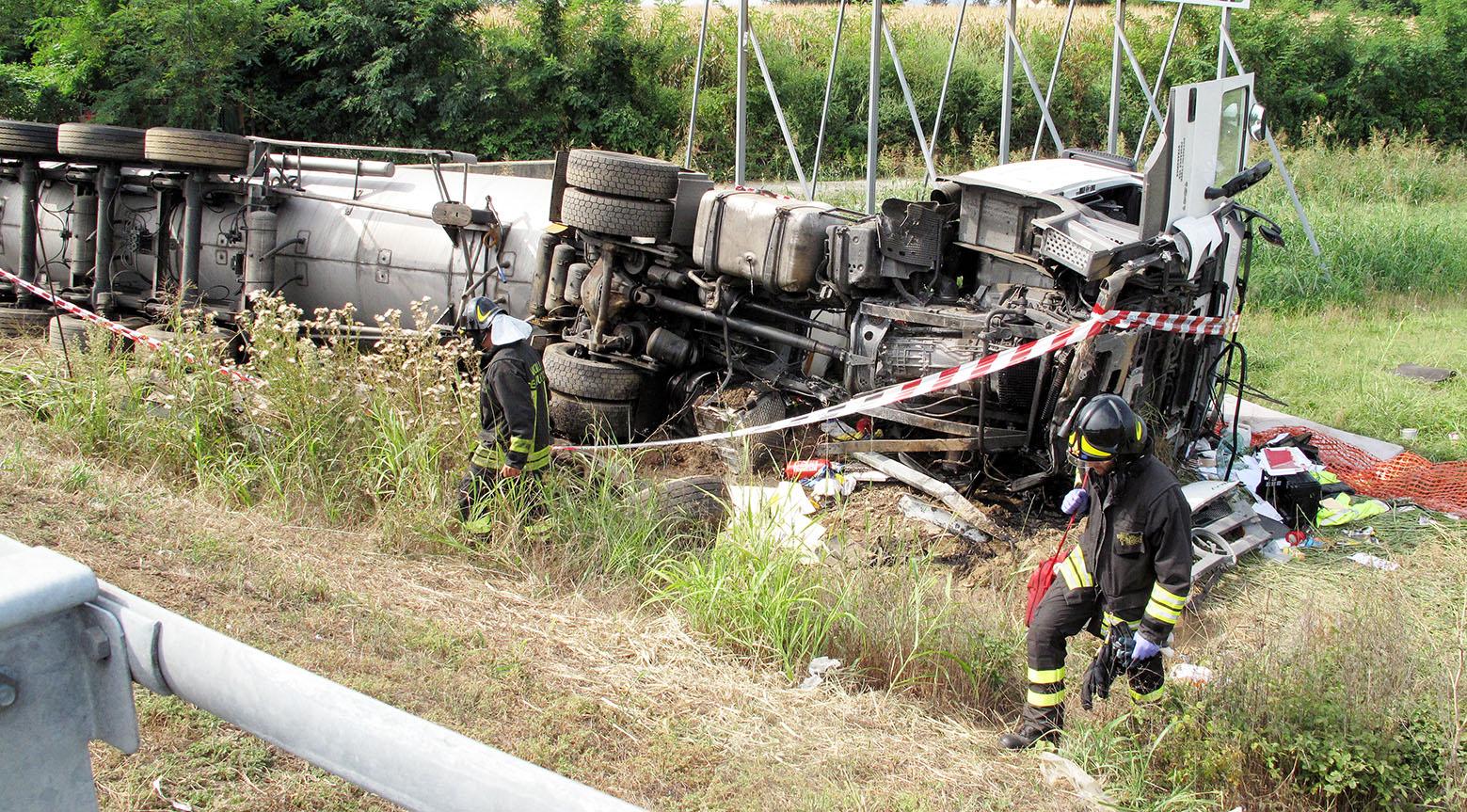 Cisterna contromano a Torino, un morto