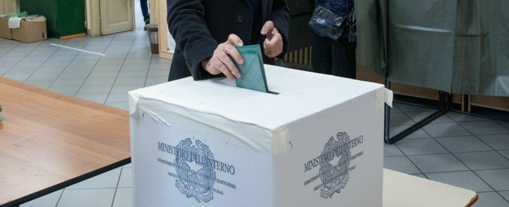 Urna-1024x417 Capoluoghi al ballottaggio, più voti al centrodestra