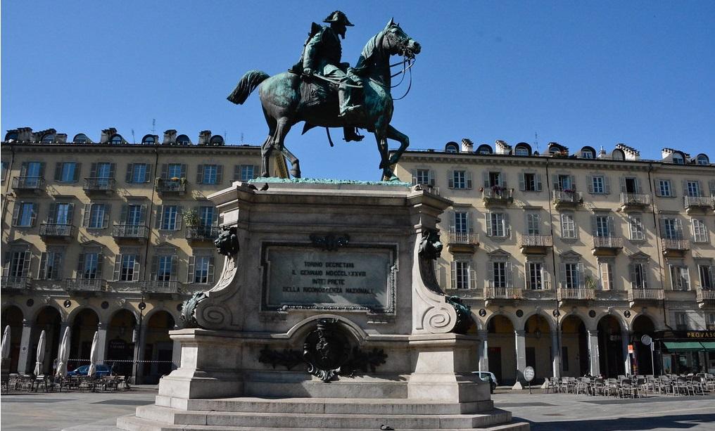Piazza-Bodoni Torino: selfie estremo sul monumento di piazza Bodoni, grave un ragazzo