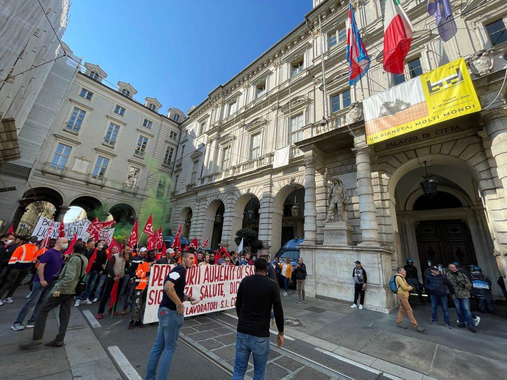 Manifestazione_Torino_Corteo-2-1024x768 Manifestazione a Torino, bruciata gigantografia del premier Draghi